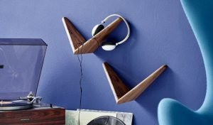 Cadovius butterfly shelves against a wall of electric blue, as a support for headphones.